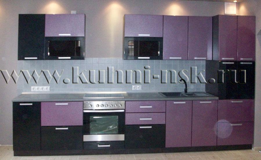 Красиво с вашим кухонным гарнитуром будет смотреться столешница шоколадного цвета или белого(светло-молочного)